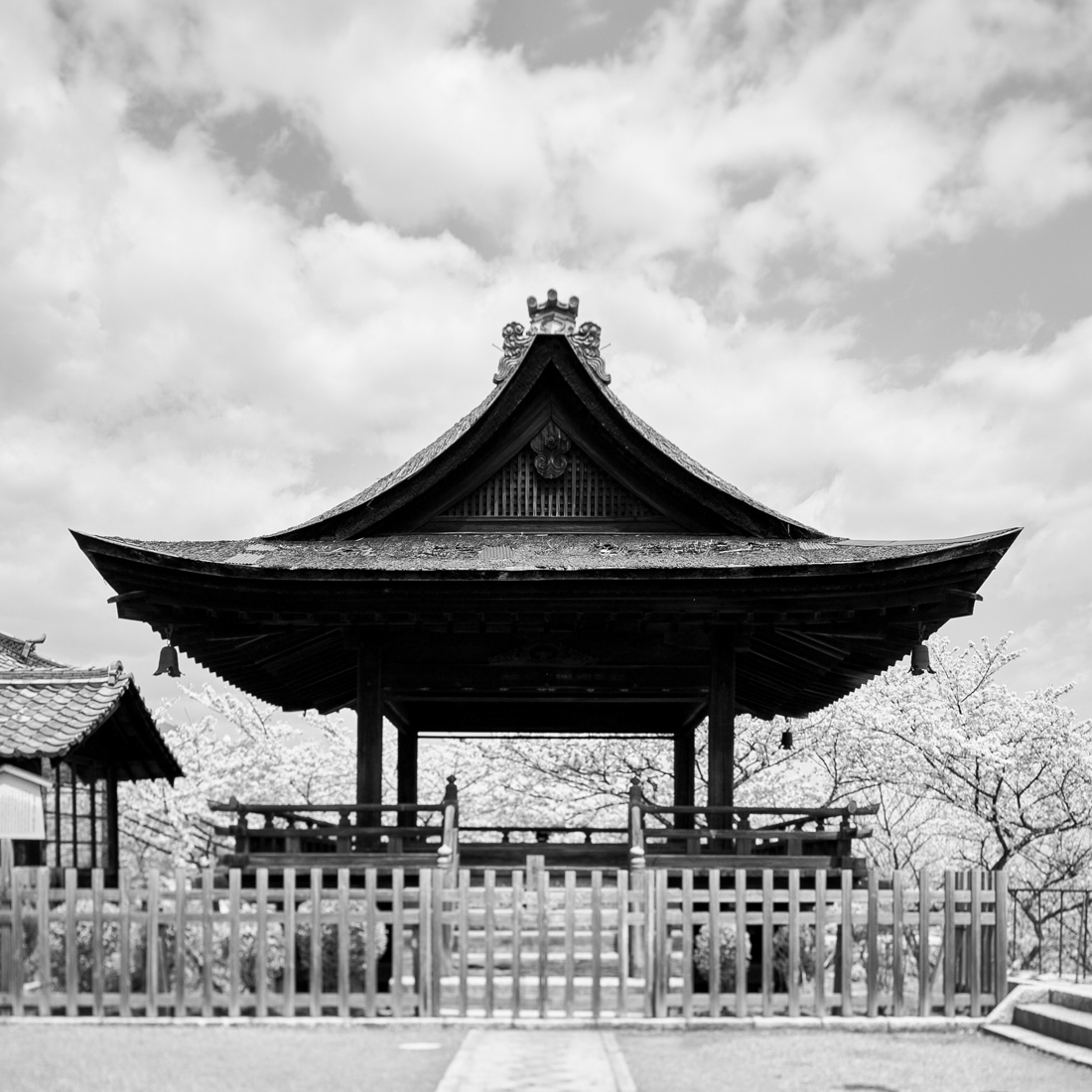 thumbnail The roof of Japanese architecture as a symbol